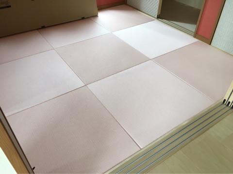 ピンク色の畳です